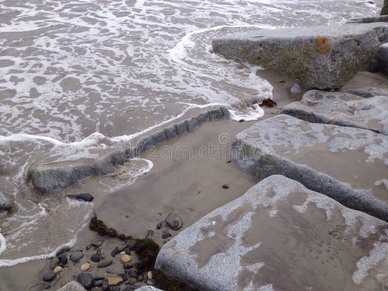Seafoam na skałach obrazy stock