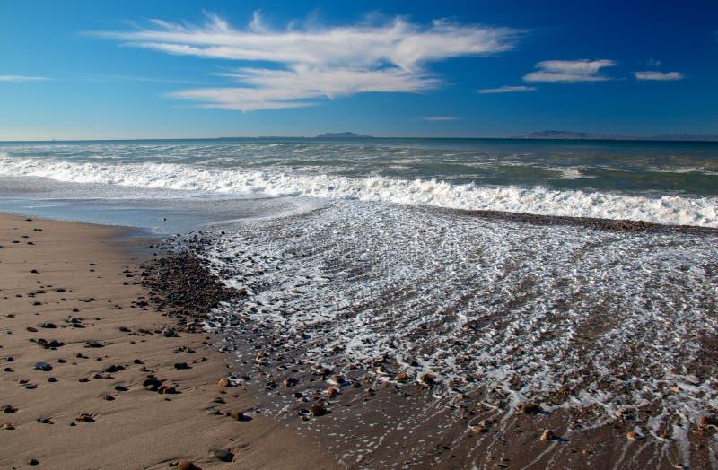 Seafoam-Wellen, die über Kies auf Strand am McGrath-Nationalpark in Oxnard Kalifornien USA sich waschen lizenzfreie stockfotos