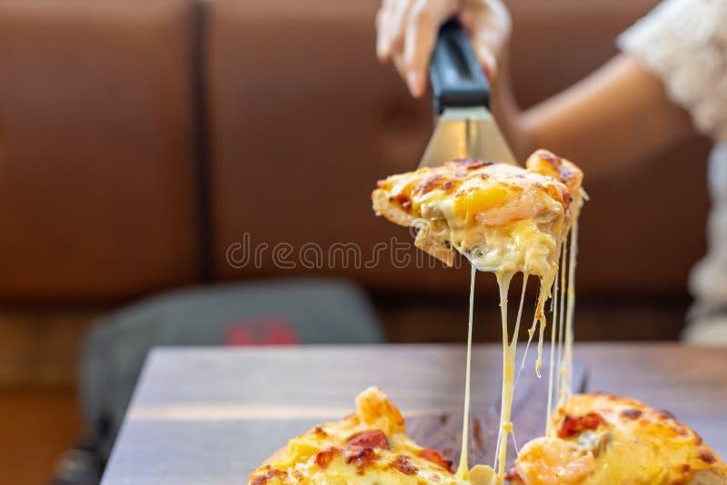 Seafood Italy Pizza slipje op houten schaal stock afbeeldingen