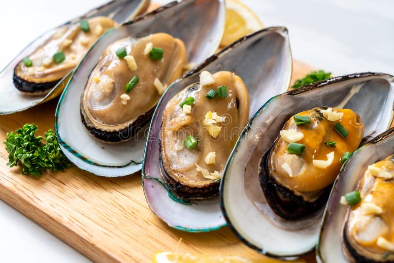 mussels with lemon and garlic stock photos