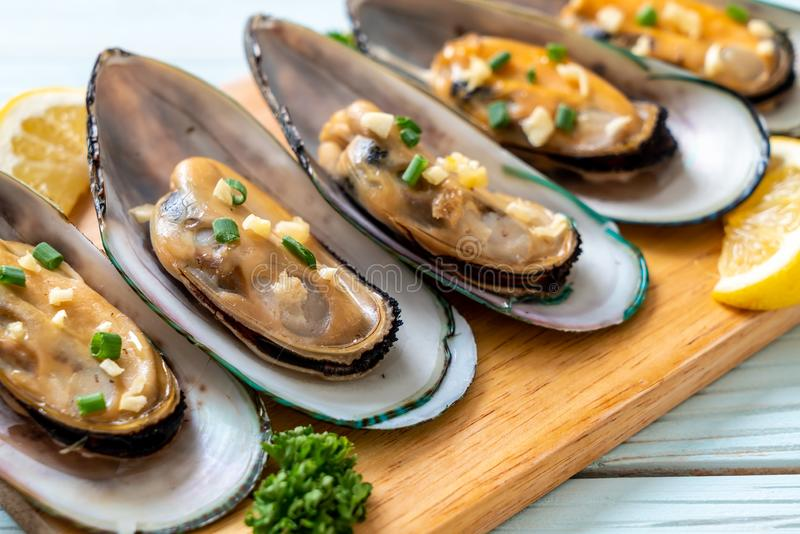 mussels with lemon and garlic royalty free stock photos