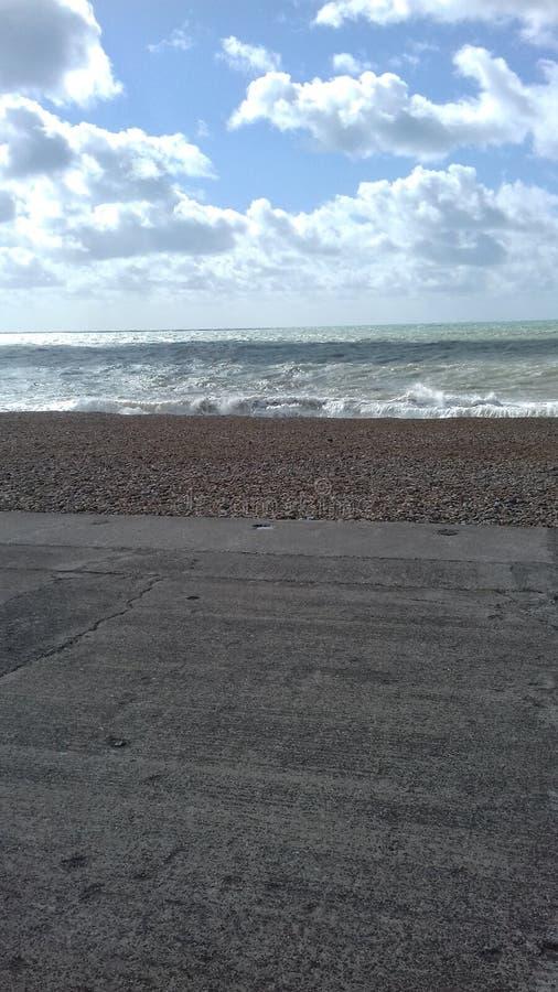 Seaford östliga Sussex en våg som bildar i kulingarna arkivbild