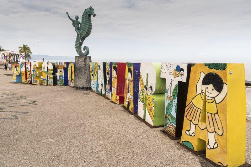Seafront statue och tecken Puerto Vallarta royaltyfria bilder
