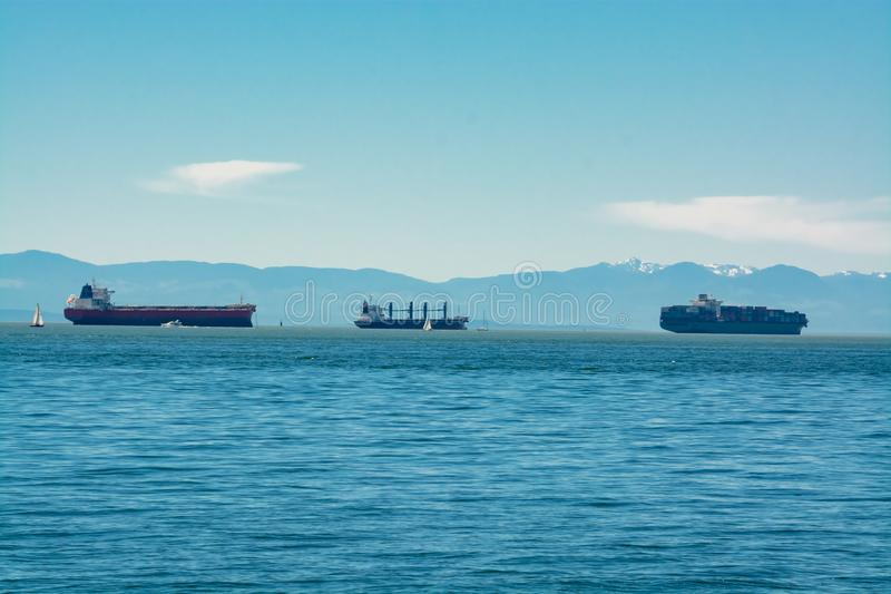 Seagoing naczynia przechodzi schronienie Statku ruch drogowy port obrazy stock