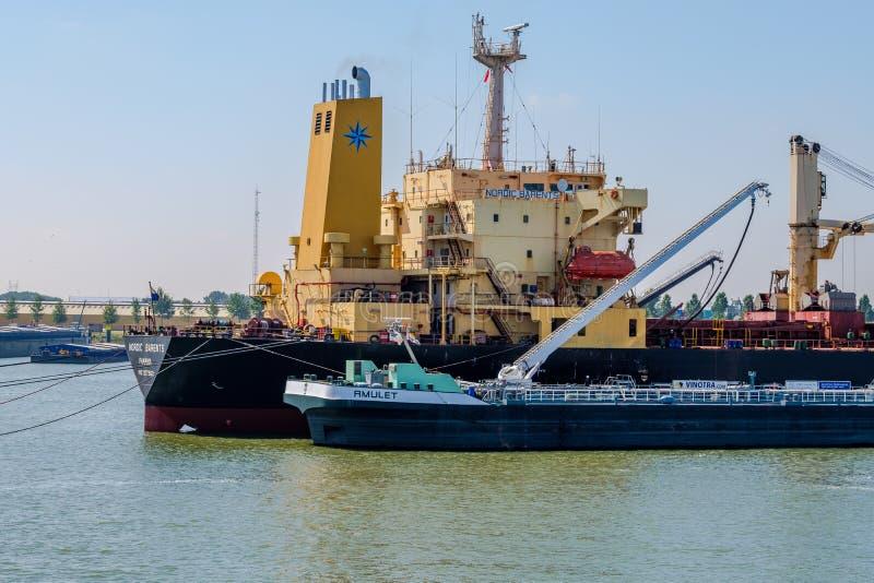 Seagoing statku bunkering paliwo od śródlądowego tankowa w Rotterdam har zdjęcia stock