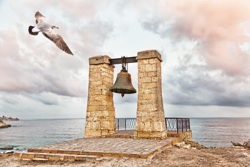 Seagullen flyger över klocka av Chersonesos arkivbilder