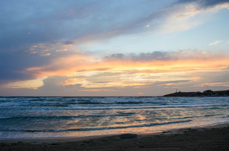 Seagulls på ett slut-upSea för sandig strand på solnedgången, härlig himmel fotografering för bildbyråer