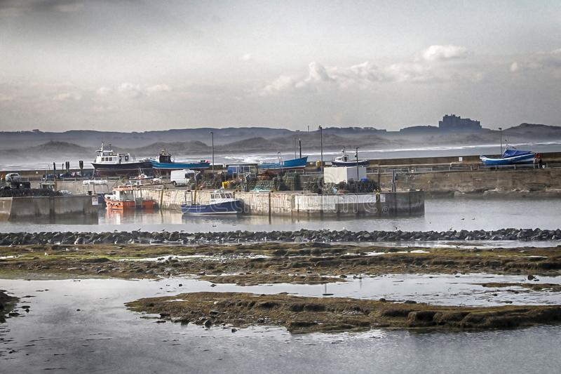 Seahouses-Hafen in Northumberland mit Bamburgh-Schloss stockfotos
