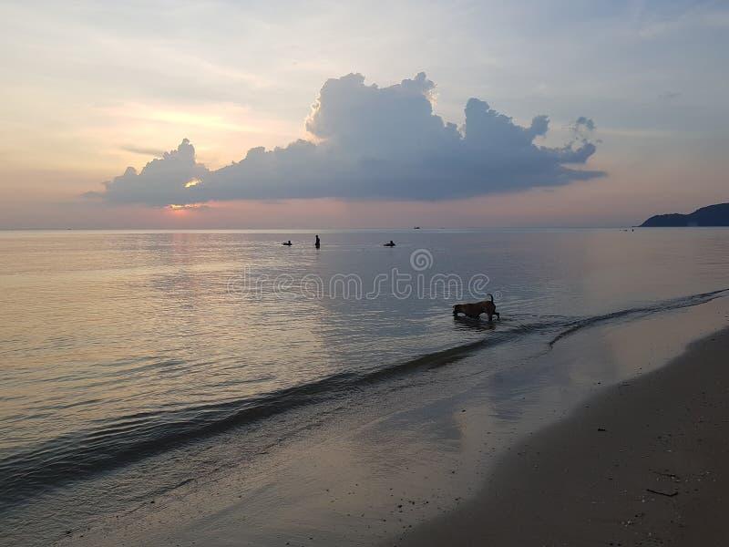 Seainthamai di chaolao di thamai della Tailandia del mare di tramonto fotografie stock