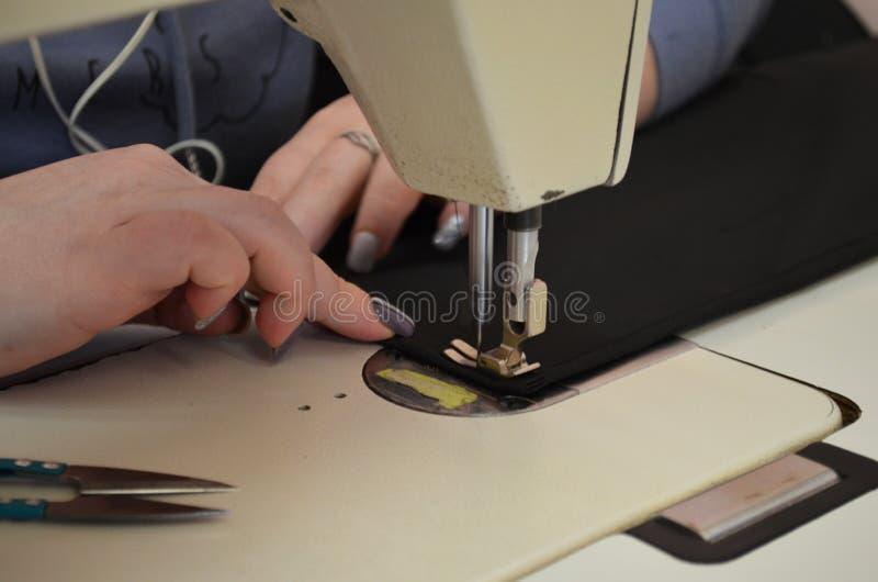 Seamstress ράβει το ύφασμα για ομοιόμορφο στοκ φωτογραφίες