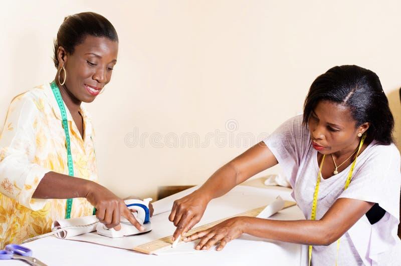 Seamstress και σπουδαστής στο εργαστήριο στοκ εικόνες με δικαίωμα ελεύθερης χρήσης