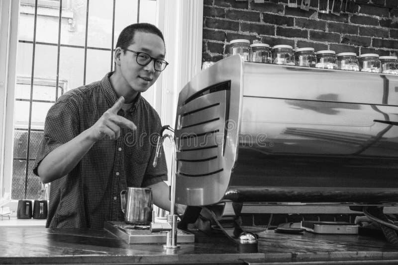 sean przy rewolwerową kawą - vancouver-gastown-xe2-zeiss35-2-20150612-DSCF6517-Edit jpg obraz stock