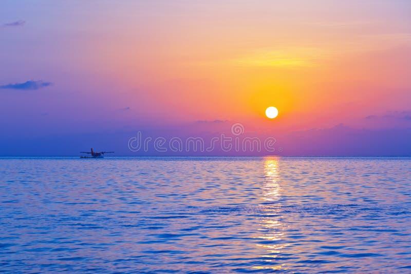 Seaplane στο ηλιοβασίλεμα - Μαλδίβες στοκ εικόνες