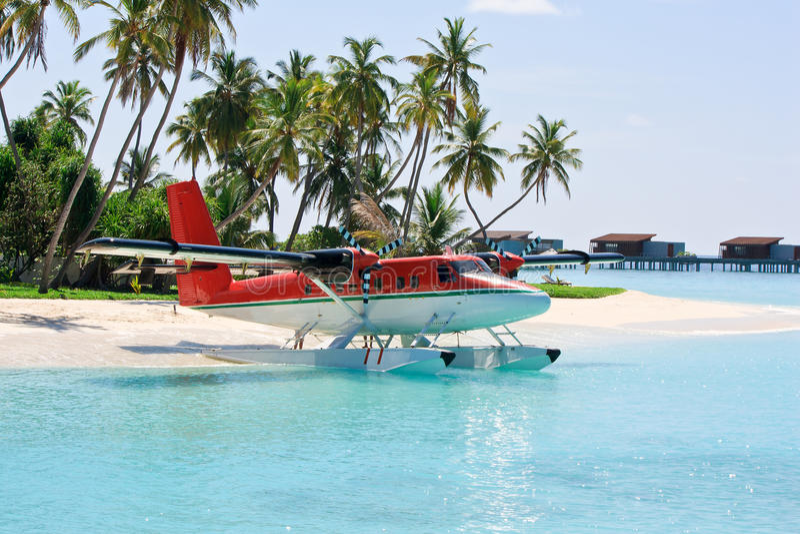 Seaplane vicino all'isola tropicale immagini stock