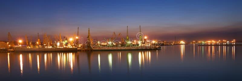 Seaport på den sena aftonen royaltyfria bilder