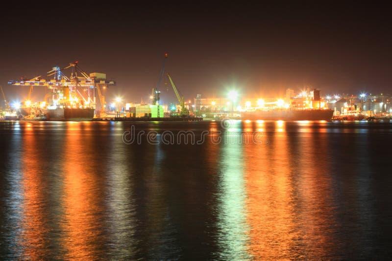 Seaport på natten fotografering för bildbyråer