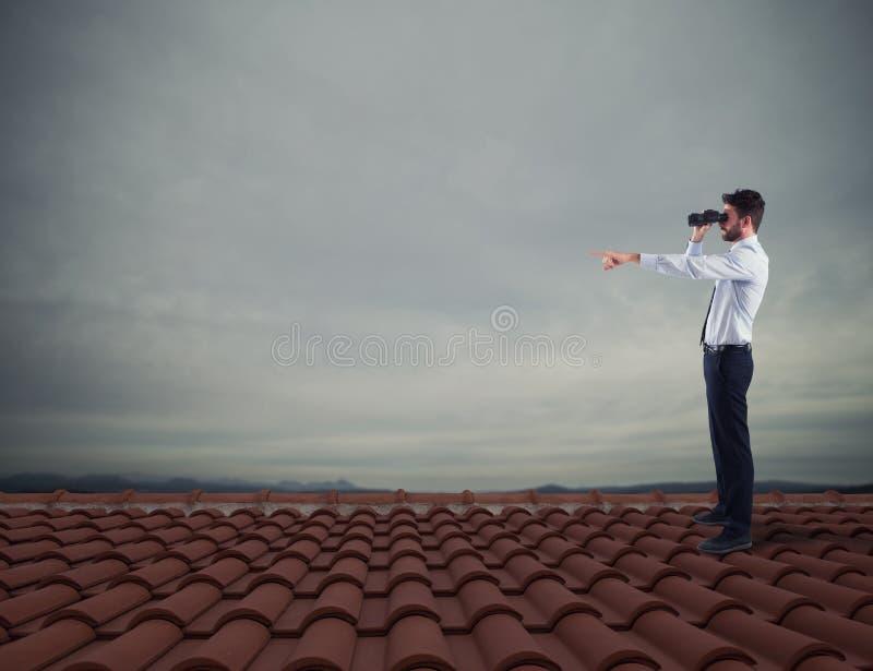 Searchs d'homme d'affaires pour le nouvel horizon, nouvelles opportunités commerciales photos stock