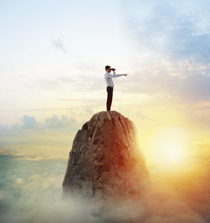 Searchs d'homme d'affaires pour le nouvel horizon, nouvelles opportunités commerciales photo stock