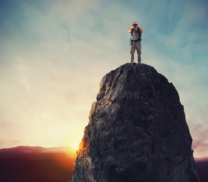 Searchs d'homme d'affaires pour le nouvel horizon, nouvelles opportunités commerciales image stock