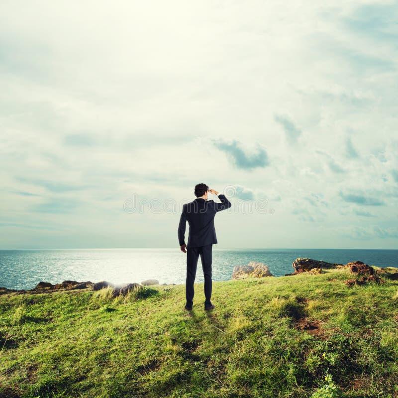 Searchs del hombre de negocios para las nuevas oportunidades de negocio fotografía de archivo