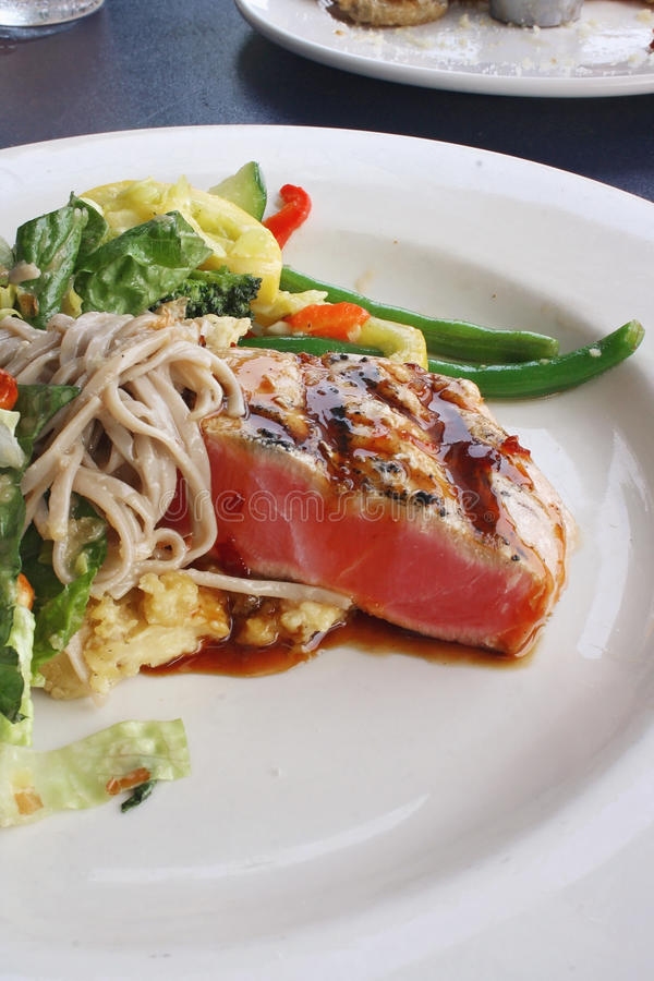 Seared Ahi Tuna and Soba Salad royalty free stock photos