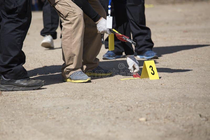 Searh da equipe e marcador judiciais da evidência no treinamento da cena do crime imagem de stock