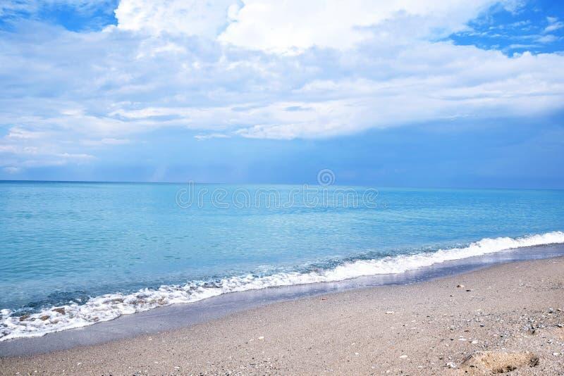 Seascape μπλε ουρανός με τη φωτογραφία αποθεμάτων άποψης θάλασσας σύννεφων στοκ φωτογραφία