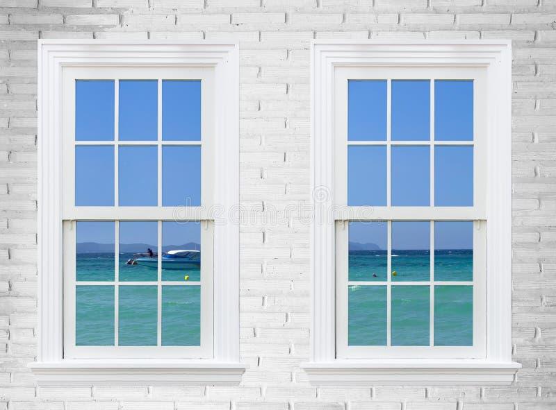 seascape άποψης από το ξύλινους παράθυρο και το τουβλότοιχο, πόλη pattaya, τ στοκ φωτογραφίες με δικαίωμα ελεύθερης χρήσης