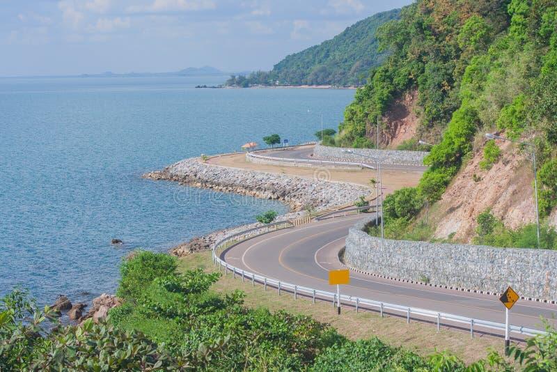 Seascape άποψη του δρόμου κατά μήκος της θάλασσας στον κόλπο Kung Wiman στην επαρχία Chanthaburi στοκ εικόνες με δικαίωμα ελεύθερης χρήσης