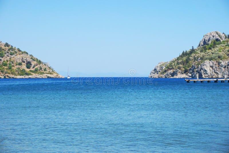 Seascape, βουνά, βράχοι, ουρανός και νερό στοκ εικόνες