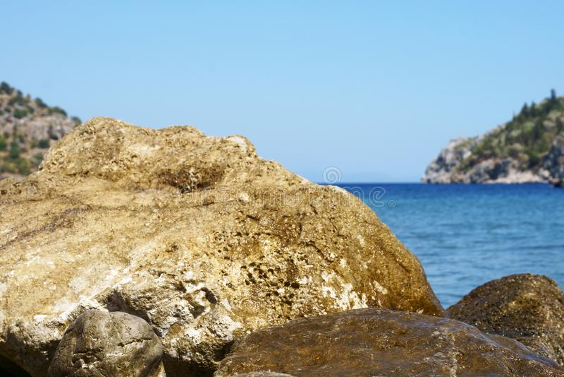 Seascape, βουνά, βράχοι, ουρανός και νερό στοκ φωτογραφία