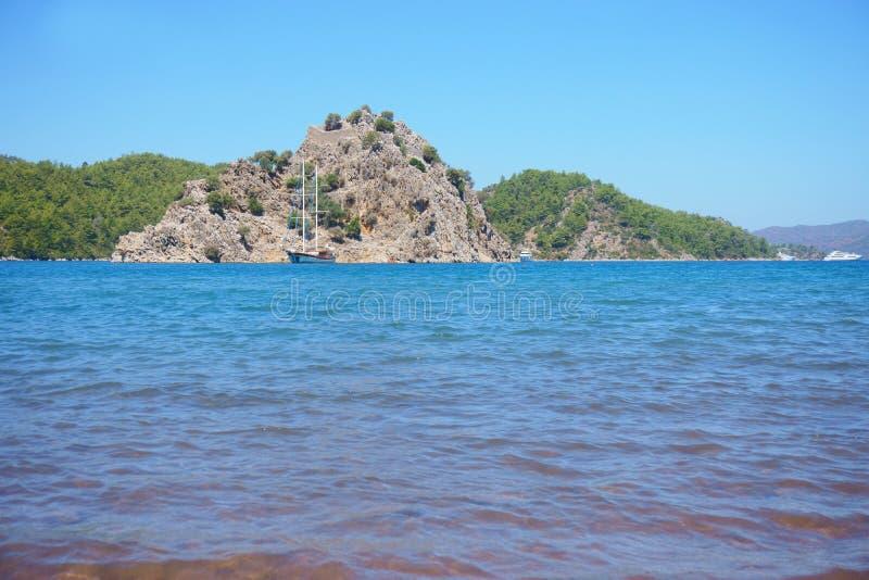 Seascape, βουνά, βράχοι, ουρανός και νερό στοκ φωτογραφίες