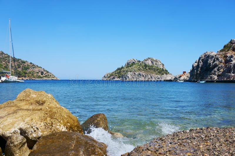 Seascape, βουνά, βράχοι, ουρανός και νερό στοκ φωτογραφία με δικαίωμα ελεύθερης χρήσης