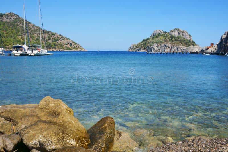 Seascape, βουνά, βράχοι, ουρανός και νερό στοκ εικόνα