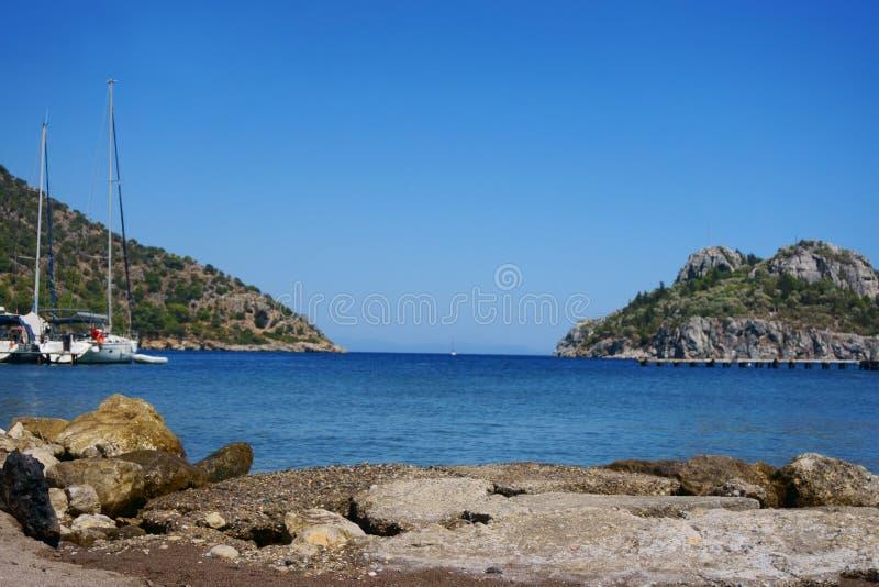 Seascape, βουνά, βράχοι, ουρανός και νερό στοκ εικόνα με δικαίωμα ελεύθερης χρήσης