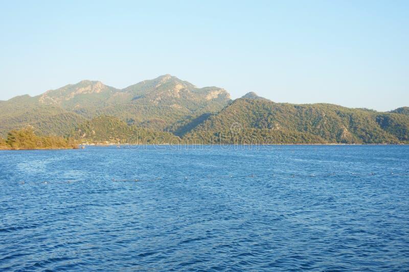 Seascape, βουνά, βράχοι, ουρανός και νερό στοκ εικόνες με δικαίωμα ελεύθερης χρήσης