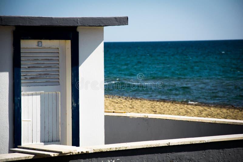 Seascape, καμπίνα στο υπόβαθρο θάλασσας στοκ εικόνες