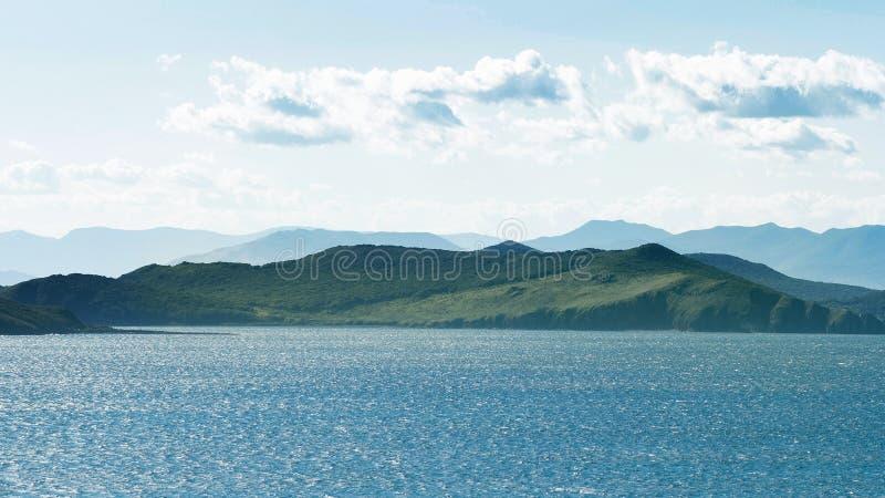 Seascape, λοφώδης χερσόνησος στον ορίζοντα στην απόσταση στοκ εικόνες με δικαίωμα ελεύθερης χρήσης