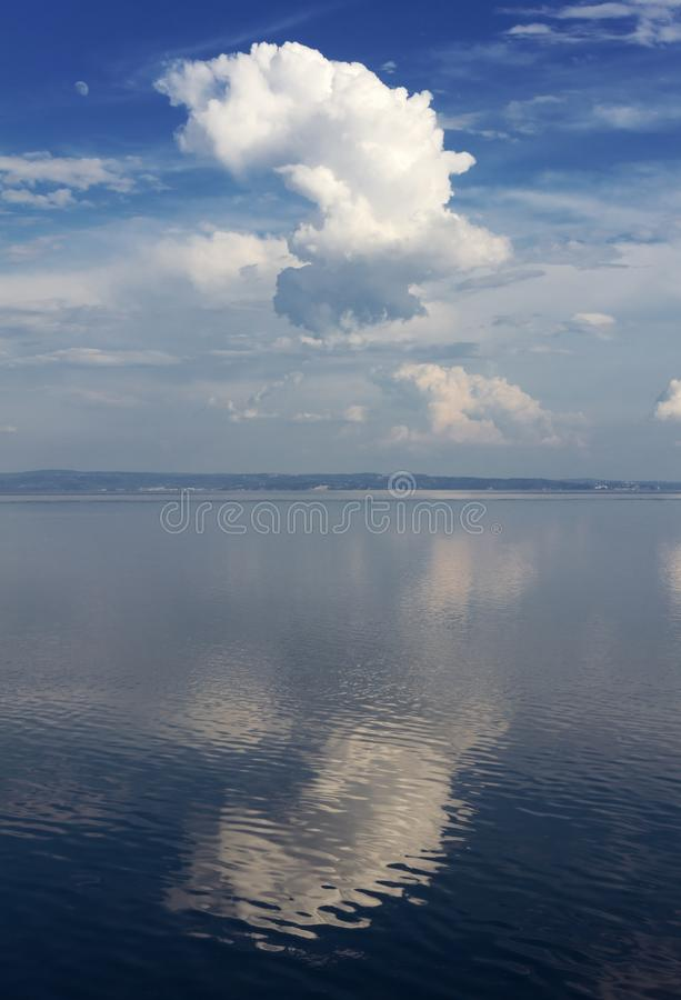 Seascape με ένα απεικονισμένο μεγάλο άσπρο σύννεφο στοκ φωτογραφία