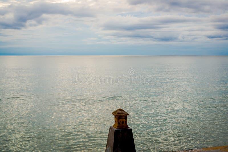 Seascape με τη θέση λαμπτήρων όπως ένα σπίτι στη μέση από καμία στοκ εικόνες με δικαίωμα ελεύθερης χρήσης