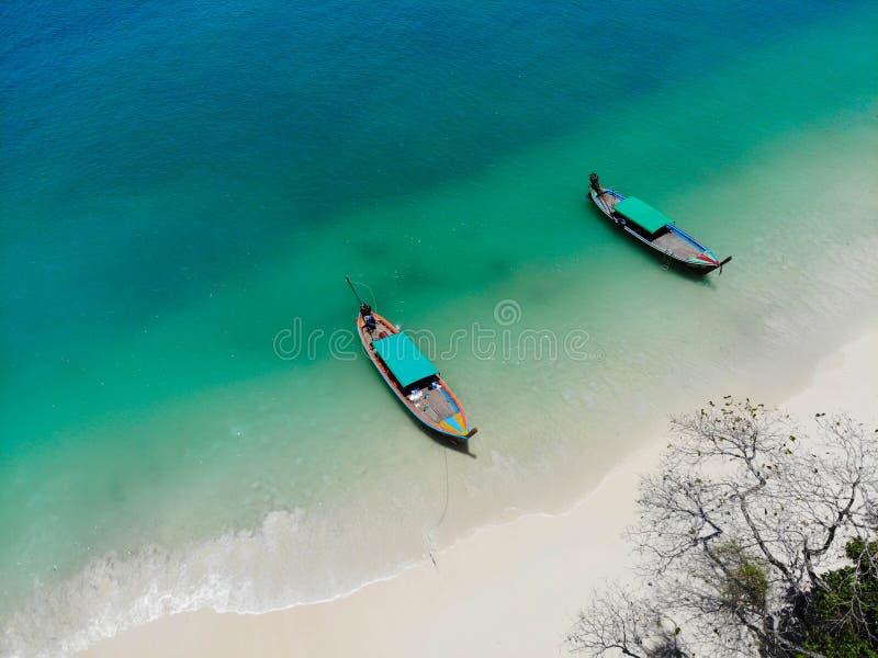 Seascape με τις βάρκες και την άσπρη άμμο στο θερινό όμορφο χρώμα στο υπόβαθρο φύσης στη νότια τοπ άποψη Thailnad από τον κηφήνα στοκ εικόνες