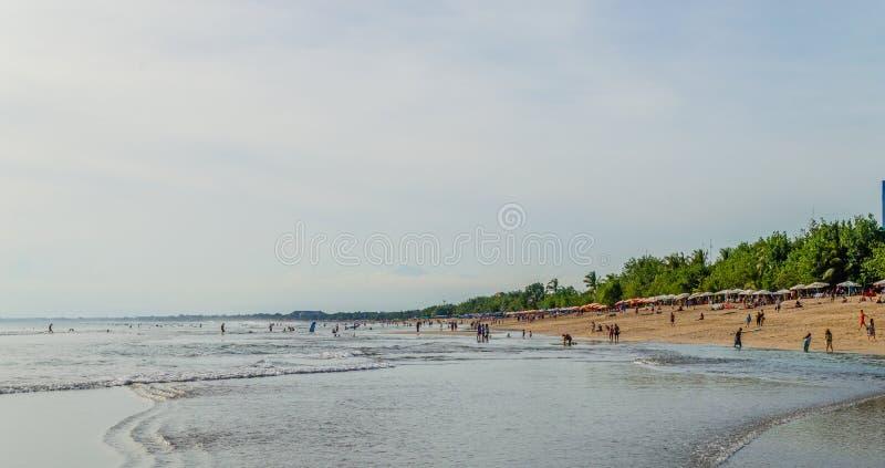 Seascape με τους ανθρώπους που έχουν τη διασκέδαση στην παραλία στοκ φωτογραφία με δικαίωμα ελεύθερης χρήσης