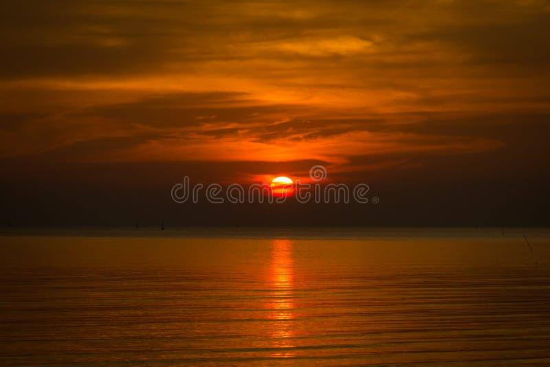 Seascape με το ηλιοβασίλεμα στη θάλασσα στοκ εικόνα