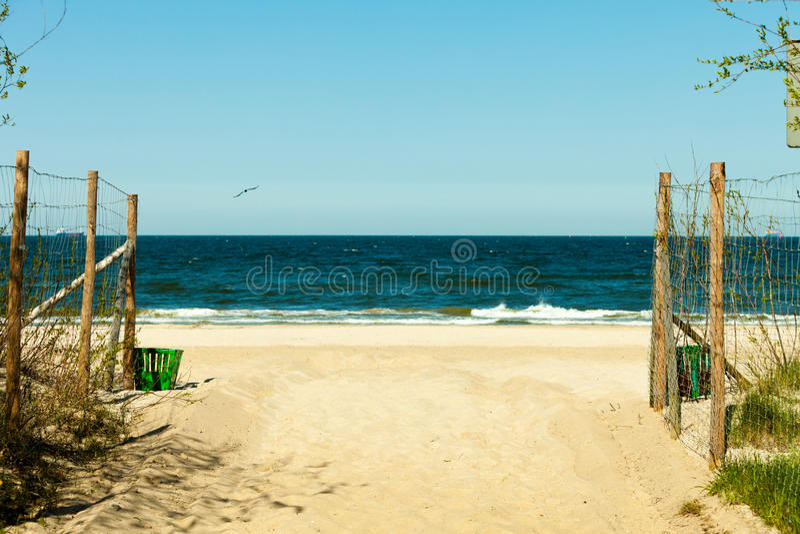Seascape Πορεία στην αμμώδη παραλία Καλοκαίρι στοκ εικόνα με δικαίωμα ελεύθερης χρήσης