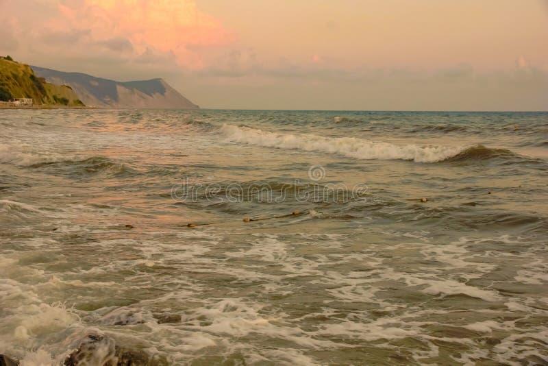 Seascape πορτοκαλιά κύματα θάλασσας σύννεφων σωρειτών συνόλων ήλιων ηλιοβασιλέματος ακτή πετρών στοκ φωτογραφία με δικαίωμα ελεύθερης χρήσης