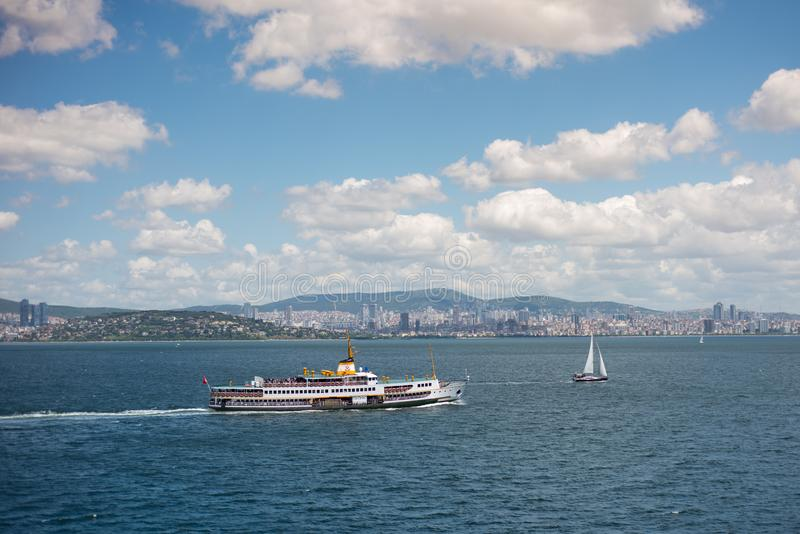 Seascape της Ιστανμπούλ με το πορθμείο και τη βάρκα στοκ φωτογραφίες