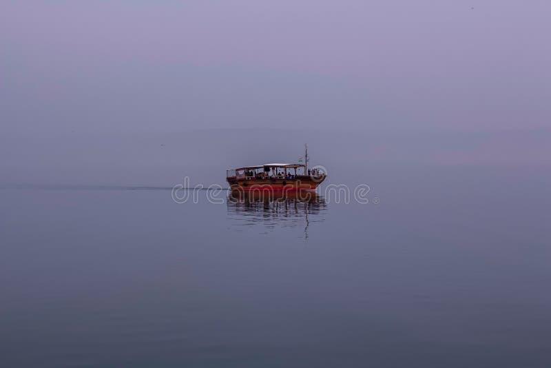 Seascape της Misty See Genezareth στο ταξίδι θρησκείας Άγιων Τόπων του Ισραήλ στοκ εικόνες