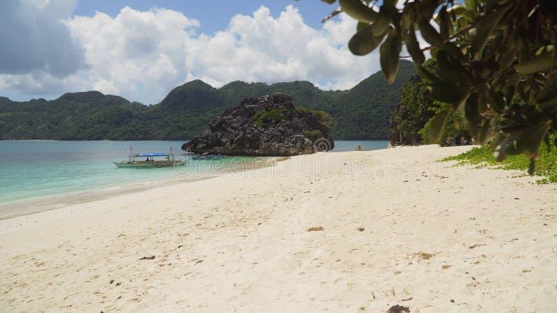 Seascape των νησιών Caramoan, Camarines Sur, Φιλιππίνες στοκ εικόνα