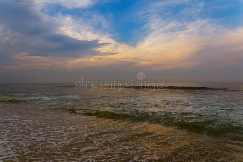 Seascape υπόβαθρο με τα σύννεφα και τα κύματα στην ανατολή στοκ εικόνες με δικαίωμα ελεύθερης χρήσης