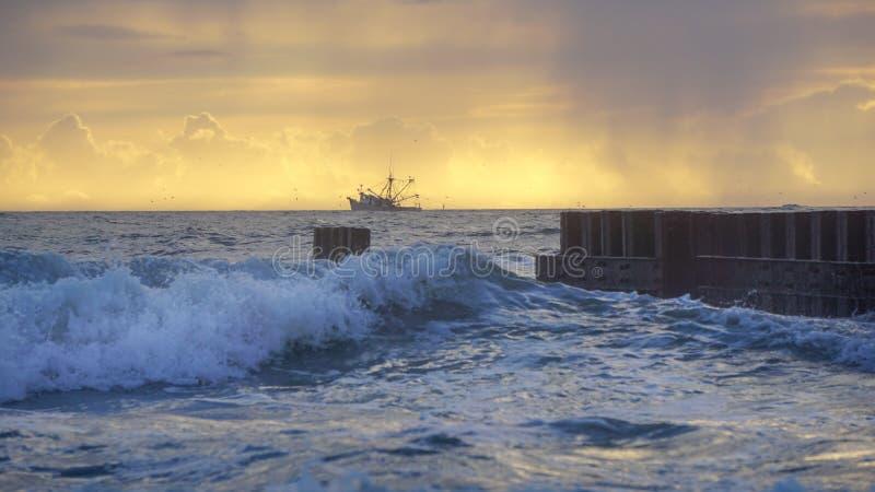 Seascape ωκεάνια βάρκα κυμάτων και γαρίδων ανατολής στον ορίζοντα στοκ φωτογραφίες με δικαίωμα ελεύθερης χρήσης